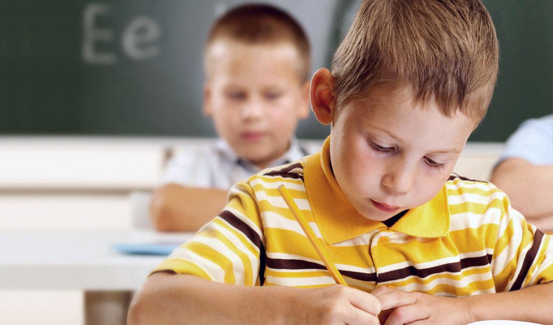 Soennecken Bleistift in der Hand eines Erstklässlers