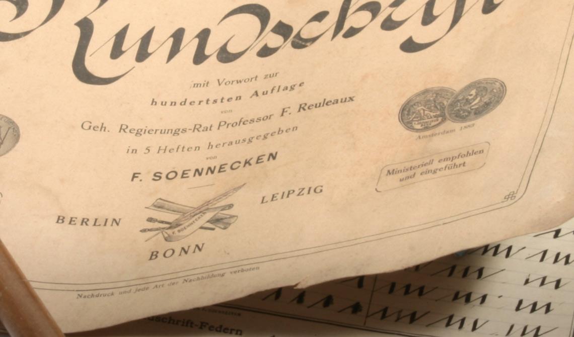 Friedrich Soennecken entwickelte die Rundschrift: Vorbild unserer heutigen Schreibschrift