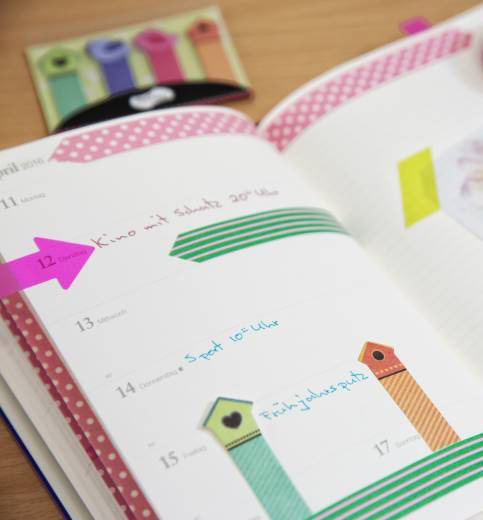 Kreatives Filofaxing eines Kalenders mit Sticky Notes.